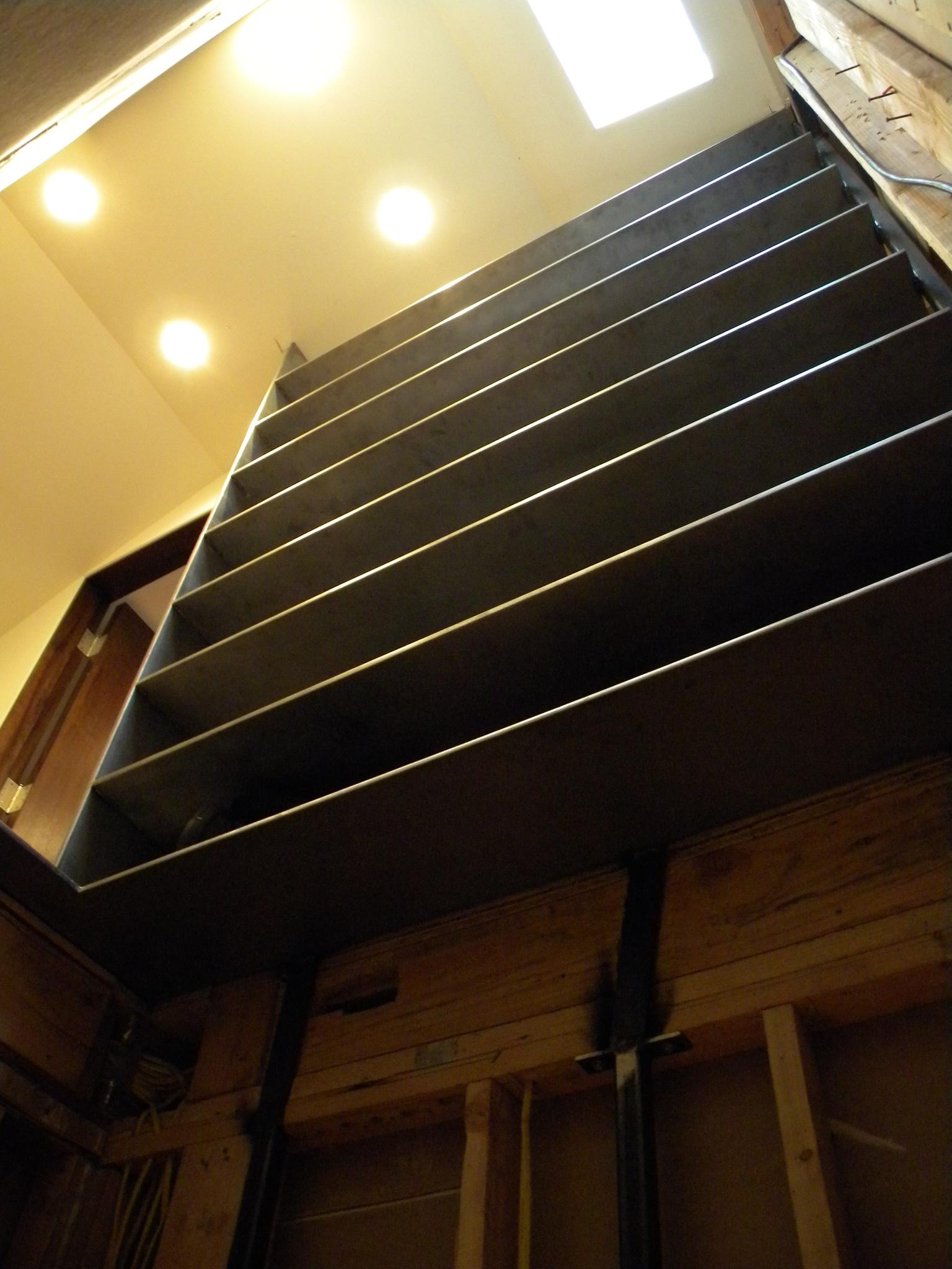 attic-staircase-ladder-in-attic-view-DSCN7232.jpg